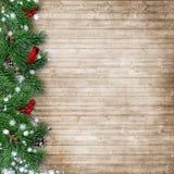 Julgranträd med en kardinal på en träbakgrund royaltyfri fotografi