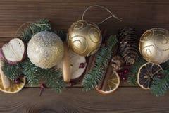 Julgranträd med garnering på mörk träbrädebakgrund Gräns med julgranen, struntsaker kopiera avstånd arkivfoto