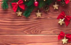 Julgranträd med garnering på mörkt träbräde Mjuk fo Fotografering för Bildbyråer