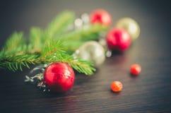 Julgranträd med garnering på träbräde Royaltyfri Foto