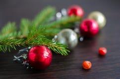 Julgranträd med garnering på träbräde Royaltyfri Fotografi