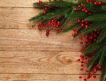 Julgranträd med garnering på träbrädebakgrund med kopieringsutrymme Arkivbild