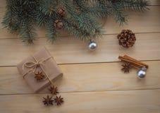 Julgranträd och gåvor på träbakgrund Fotografering för Bildbyråer
