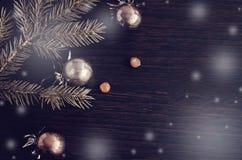 Julgranträd och garnering på träbräde Arkivfoton
