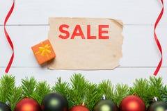 Julgranträd och tappningpappersark försäljning för glass hand för begrepp förstorande Royaltyfri Foto