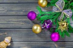 Julgranträd på träbakgrund med änglar Arkivbild