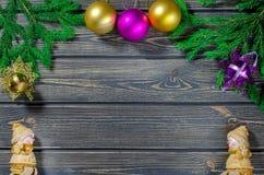 Julgranträd på träbakgrund med änglar Arkivbilder