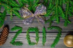 Julgranträd på träbakgrund med kottar Arkivfoto
