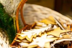 Julgranträdet och gammalt trä för stjärnaleksaker i korgbränningen undersöker, boxas, bollar, sörjer kottar, valnötter Royaltyfria Bilder