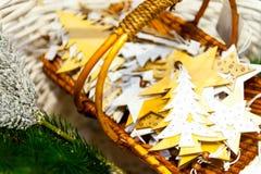 Julgranträdet och gammalt trä för stjärnaleksaker i korgbränningen undersöker, boxas, bollar, sörjer kottar, valnötter Arkivfoton