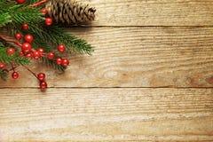 Julgranträd med garnering på ett trä Arkivbilder