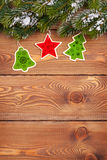 Julgranträd med snö och feriedekor på lantligt trä Royaltyfria Foton