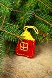 Julgrantree med den handgjorda garneringen Arkivfoto
