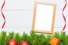 Julgrantree med garneringen blankt ramfoto Arkivbild