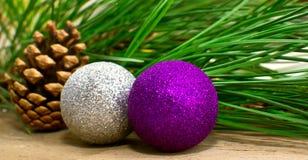 Julgrantree med garneringen på ett bräde Arkivfoton
