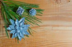 Julgrantree med garneringen på ett bräde Royaltyfri Bild
