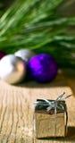 Julgrantree med garneringen på ett bräde Arkivfoto