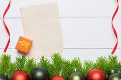 Julgrantree med garneringen Pappers- arkkopieringsutrymme Arkivfoto