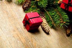 Julgrantree med pinecones och garneringar Royaltyfri Foto