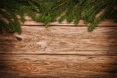 Julgrantree på ett träbräde Arkivfoto