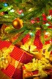 Julgrantreen med färgrika lampor stänger sig upp Arkivfoto