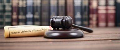 Julgue Gavel, declaração universal de direitos humanos imagens de stock