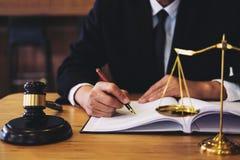 Julgue o martelo com advogados de justiça, o homem de negócios no terno ou o advogado