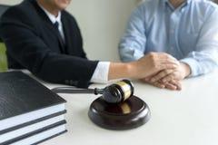 Julgue o martelo com advogados demandante de justiça ou reunião do réu foto de stock royalty free