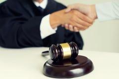 Julgue o martelo com advogados demandante de justiça ou reunião do réu fotografia de stock