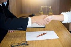 Julgue o martelo com os advogados de justiça que têm a reunião com equipe Imagens de Stock