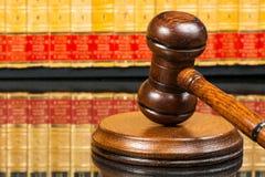 Julgue o martelo com os livros de lei no fundo Fotos de Stock Royalty Free