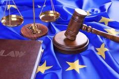 Julgue o martelo e o livro de lei com as escalas na União Europeia fotografia de stock royalty free