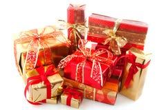 julguld många röda presents Fotografering för Bildbyråer