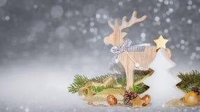 Julguld, vit garnering, prydnader på silverbakgrund med bokeh l Arkivbild
