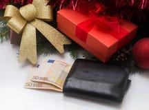Julgåvaask och plånbok med europengar på vit bakgrund Royaltyfri Bild