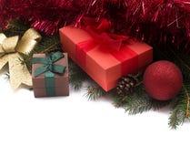 Julgåvaaskar med garneringar på vit bakgrund Royaltyfri Foto