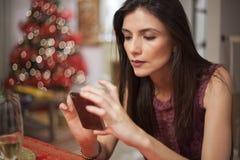 julhälsningar som texting kvinnan Fotografering för Bildbyråer