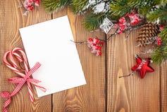 Julhälsningkort eller fotoram över trätabellen med sn Royaltyfri Bild