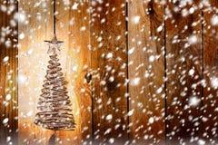 Julhälsningkort med guld- metallgran Arkivbilder