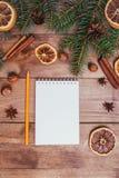Julhälsningkort och matdekor på trätabellen med granträdet Bästa sikt med kopieringsutrymme Royaltyfri Fotografi