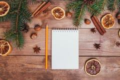 Julhälsningkort och matdekor på trätabellen med granträdet Bästa sikt med kopieringsutrymme Royaltyfria Foton