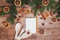 Julhälsningkort och matdekor på trätabellen med granträdet Bästa sikt med kopieringsutrymme Royaltyfri Foto