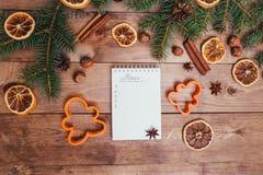 Julhälsningkort och matdekor på trätabellen med granträdet Bästa sikt med kopieringsutrymme Royaltyfri Bild
