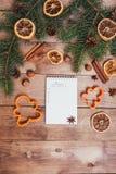 Julhälsningkort och matdekor på trätabellen med granträdet Bästa sikt med kopieringsutrymme Royaltyfria Bilder