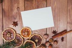 Julhälsningkort och matdekor på trätabellen med granträdet Bästa sikt med kopieringsutrymme Fotografering för Bildbyråer