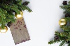 Julhälsningkort på den vita tabellen Festliga garneringar gillar fotografering för bildbyråer