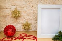 Julhälsningkort, utrymme för text Guld- och röd decorat royaltyfri foto