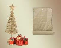 Julhälsningskort med guldmetallgran Royaltyfri Foto