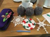 Julhantverk och kaffe Arkivfoton