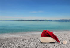 Julhatt på stranden Royaltyfria Bilder